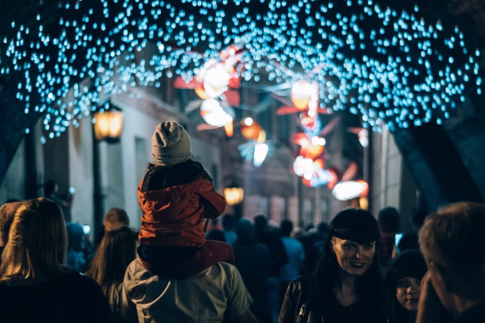 Instalacja na Nocy Kultury, kolorowe światełka ponad głowami przechodniów