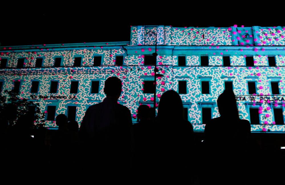 Instalacja na Nocy Kultury, mappimg na budynku poczty i podziwiająca go publiczność
